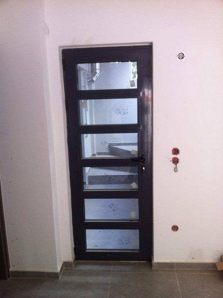 πόρτα αλουμινίου οριζόντιο σχέδιο μαύρο χρώμα διπλό τζάμι