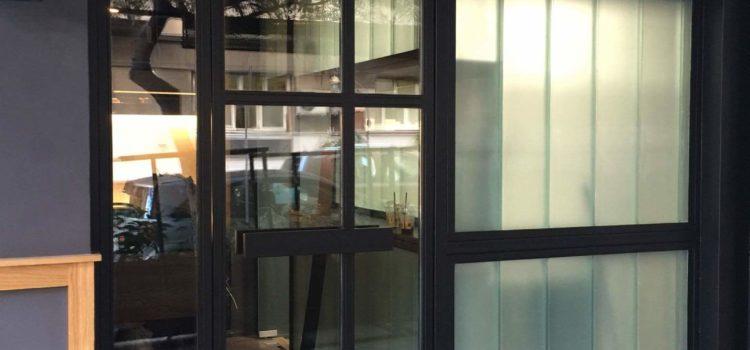 αυτόματος μηχανισμός πόρτας σε καφετέρια μέσα έξω