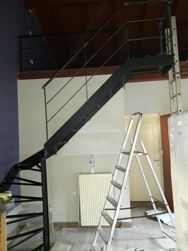 Μεταλλική σκάλα με ξύλινα σκαλοπάτια